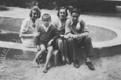 W ogrodzie Harcerskiego Domu Dziecka w willi Corso (ok 1943 r, zbiory Wojciecha Brańskiego)