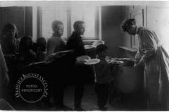 Metodystyczny Dom Dziecka w Klarysewie - kolejka po śniadanie (1919 r - źródło: ebay)