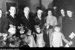 Przekazanie przez ambasadora Francji lampy kwarcowej Rozdzielczemu Domowi Dziecka w willi Nike przy ul. Wareckiej (1947 r źródlo NAC)