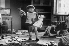 Dom Dziecka przy ul Gąsiorowskiego - 1958 r - kadr z filmu 'Sami na świecie' Danuty Halladin (WFDiF)