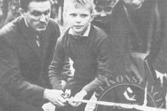 Stanisław Guszkowski z wychowankami Domu Dziecka w willi Ida - 1967 r (zbiory Adama Zyszczyka)