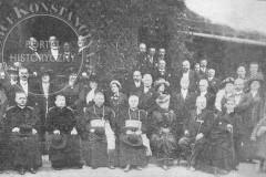 Poświęcenie gotowego kościoła w Konstancinie - uroczystość przed Casinem (1913 r, zbiory A. Zyszczyka)