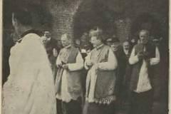 Nuncjusz Achilles Ratti (późniejszy papież Pius XI) w kościele w Konstancinie, 1919