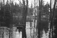 Wylanie Jeziorki w marcu 1947 r na terenie Konstancina (fot. Maria Chrząszczowa ze zbiorów Fundacji Archeologia Fotografii)
