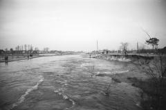 Wylanie Jeziorki w marcu 1947 r na terenie Konstancina-widok z mostu w parku (fot. Maria Chrząszczowa ze zbiorów Fundacji Archeologia Fotografii)