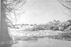 Wielki zator na Wiśle pod wsią Kopytami w okolicach Jeziorny, który groził powodzią Warszawie i okolicom. Zator ten był bezskutecznie bombardowany przez pilotów wojskowych i spłynął wreszcie pod silnym działaniem ciepłych deszczów (Tygodnik Ilustrowany 25.11.1928 - ze zbiorów Adama Zyszczyka)