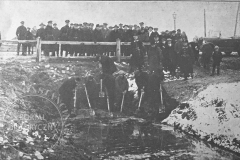 Zabezpieczanie zagrożonego toru kolejowego pod Pelcowizną na przedmieściach Warszawy (Tygodnik Ilustrowany 25.11.1928 - ze zbiorów Adama Zyszczyka)