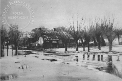 Wylew Wisły pod Warszawą - Wisła pod Warszawą skutkiem nagłej odwilży i deszczów groziła wylewem nawet samej stolicy. Okolice pod miastem uległy w znacznej części zalaniu, jak np. odfotografowane tutaj sadyby pod Jeziornem (Światowid 25.02.1928 - ze zbiorów Adama Zyszczyka)