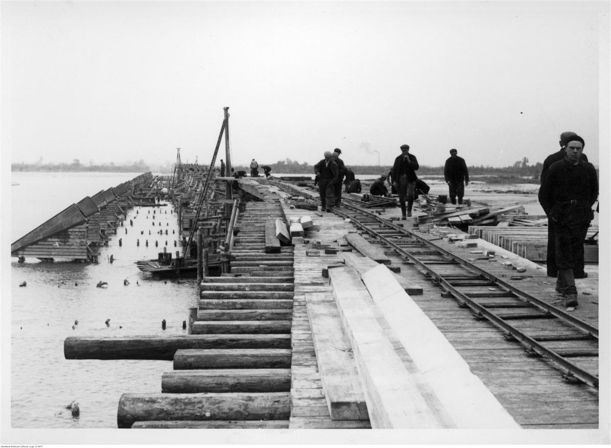 Odbudowa mostu, 1940, w tle widoczny komin mirkowskiej papierni, zb. Narodowego Archiwum Cyfrowego