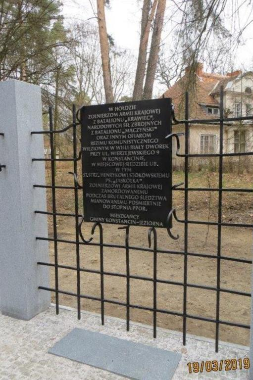 """Tablica upamiętniająca wydarzenia w """"Białym Dworku"""". Zdjęcie ze strony UMiG"""