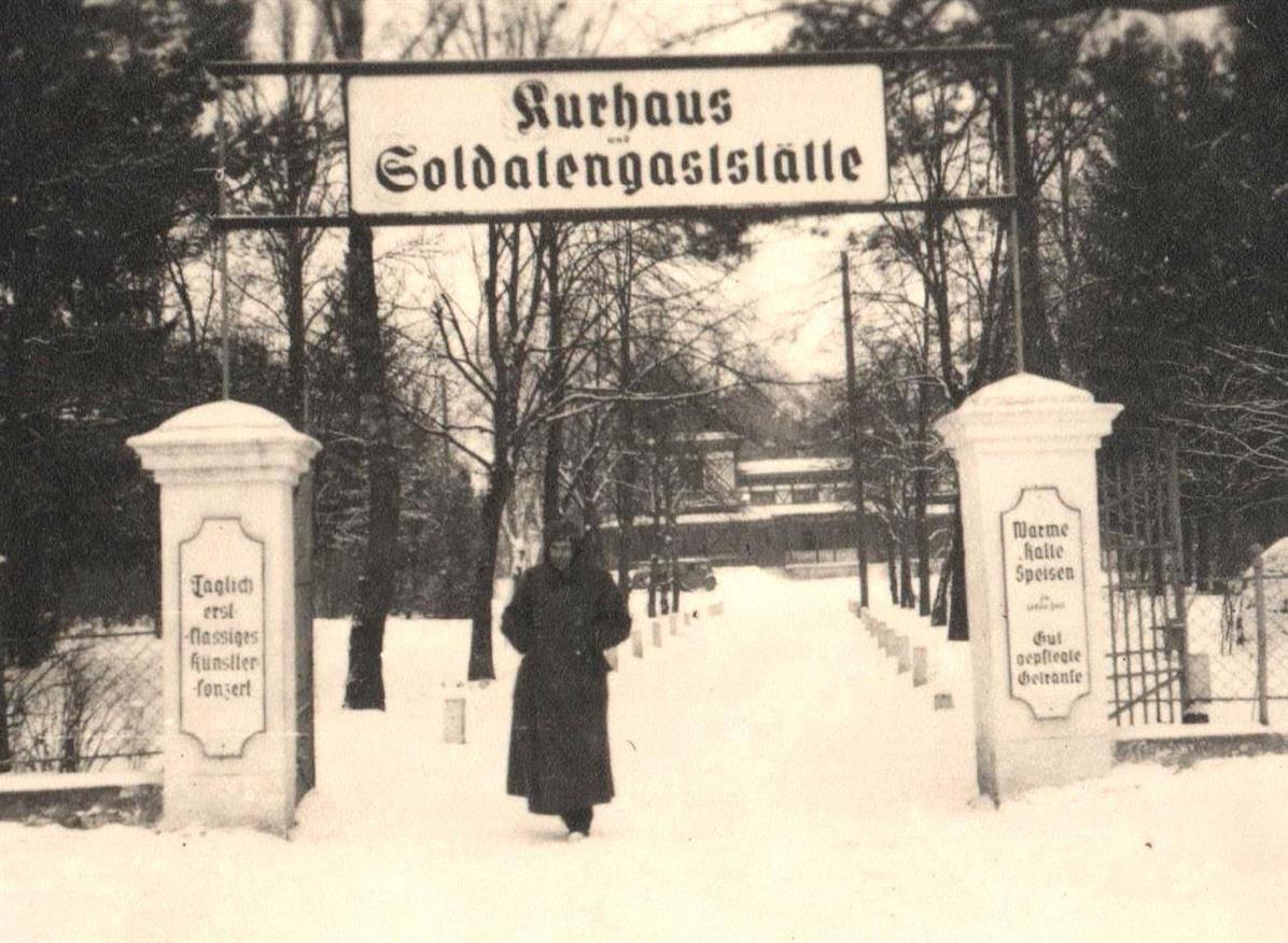 """Lata czterdzieste XX wieku. Niemiecki żołnierz w bramie do parku, w tle """"Casino"""""""