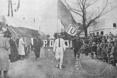 Z.S. Unia-Mirków w pochodzie 1-majowym w 1957 roku (źródło: Kronika RKS Mirków)