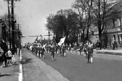 Pochód w Jeziornie (zbiory Tomasza Skrojnego) Lata 60-70 XX w.