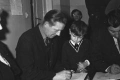 Literaci podczas świąt odwiedzają Dom Dziecka przy ul. Gąsiorowskiego (1967-1970, fot. Grażyna Rutkowska, zbiory NAC
