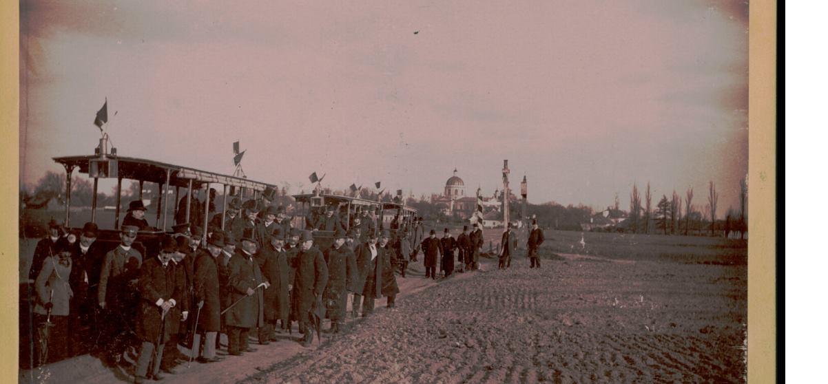 5 maja 1892 roku. Otwarcie kolejki na zdjęciu autorstwa Konrada Brandla. W tle widoczny Wilanów. Ze zbiorów Polona