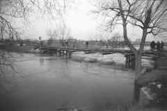 1947, wylew Jeziorki, most kolejowy w Konstancinie.