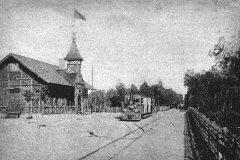 Początek XX wieku. Stacja Konstancin. Tor obok lokomotywy prowadził do cegielni oborskiej.