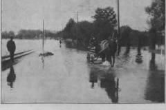 1913. Kolejna w drodze przez zalane Urzecze. Tygodnik Illustrowany.