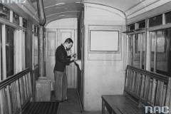1939, kasa biletowa w wagonie na stacji Belweder. Zb. NAC
