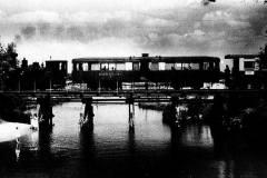 1947, kolejka na moście w Konstancinie, fot. M. Chrząszczowa, zb. Fundacji Archeologii Fotografii.