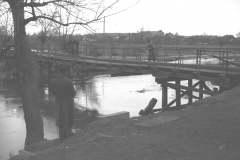 1947, wylew Jeziorki, most kolejowy w Konstancinie. zb. APW.
