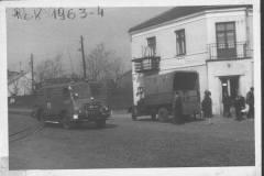 Skręt kolejki w Piaseczyńską w Jeziornie, lata pięćdziesiąte, zg. OSP Jeziorna.