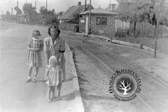 1951 r., Powsinek, przejazd kolejki przez ulicę, w tle widoczny szlaban. Zb. D. Nowosielskiej.