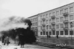 1952. PKF. Kolejka na ulicy Spacerowej.