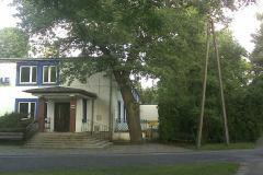 """2013, """"Przy Źródle"""", nieistniejący już budynek, za którym mieściła się stacja kolejki w Konstancinie."""