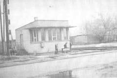 Skrzyżowanie kolejki wilanowskiej i bocznicy kolejowej na Siekierki w Jeziornie, 1970 r. Źr. B. Pokropiński.