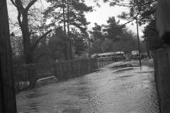 Wylanie Jeziorki w marcu 1947 r na terenie Konstancina - ulica Batorego (fot. Maria Chrząszczowa ze zbiorów Fundacji Archeologia Fotografii)