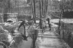 Wylanie Jeziorki w marcu 1947 r na terenie Konstancina - ulica Jagiellońska (fot. Maria Chrząszczowa ze zbiorów Fundacji Archeologia Fotografii)