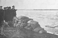 Zabezpieczanie workami z piaskiem brzegów  Wisły między Siekierkami a Wilanowem (Tygodnik Ilustrowany 25.11.1928 - ze zbiorów Adama Zyszczyka)