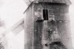 Wiatrak w Łęgu, lata trzydzieste XX w. (za ks. Nadwiślańskie Urzecze, zb. D. Kluczyk)