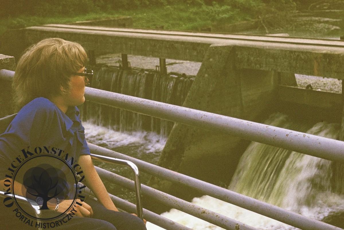 Widok na jaz spiętrzający wodę. Lata 70-te XX wieku (zbiory Michała Malawskiego)