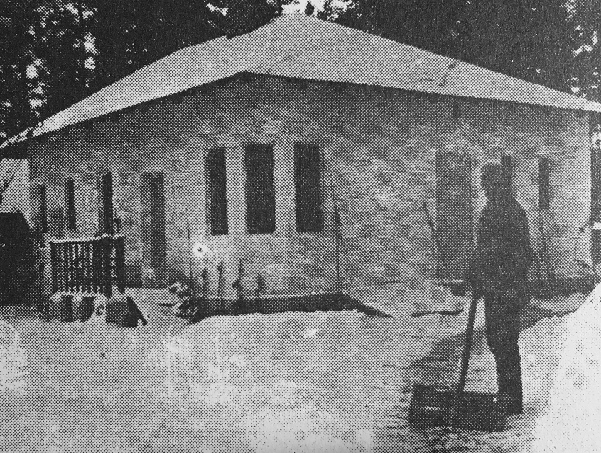 Ogrodnik Józef przed swoim domkiem na posesji willi Pallas Athene (lata 20-te XX wieku)