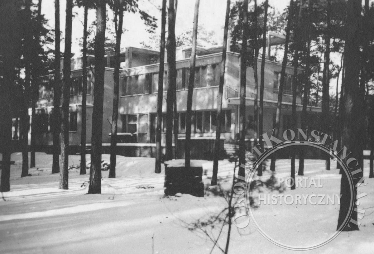 Dom przy ulicy Jasiowej 6 z widocznymi niezabudowanymi jeszcze tarasami na dachu (1941, zbiory A.Zyszczyka)