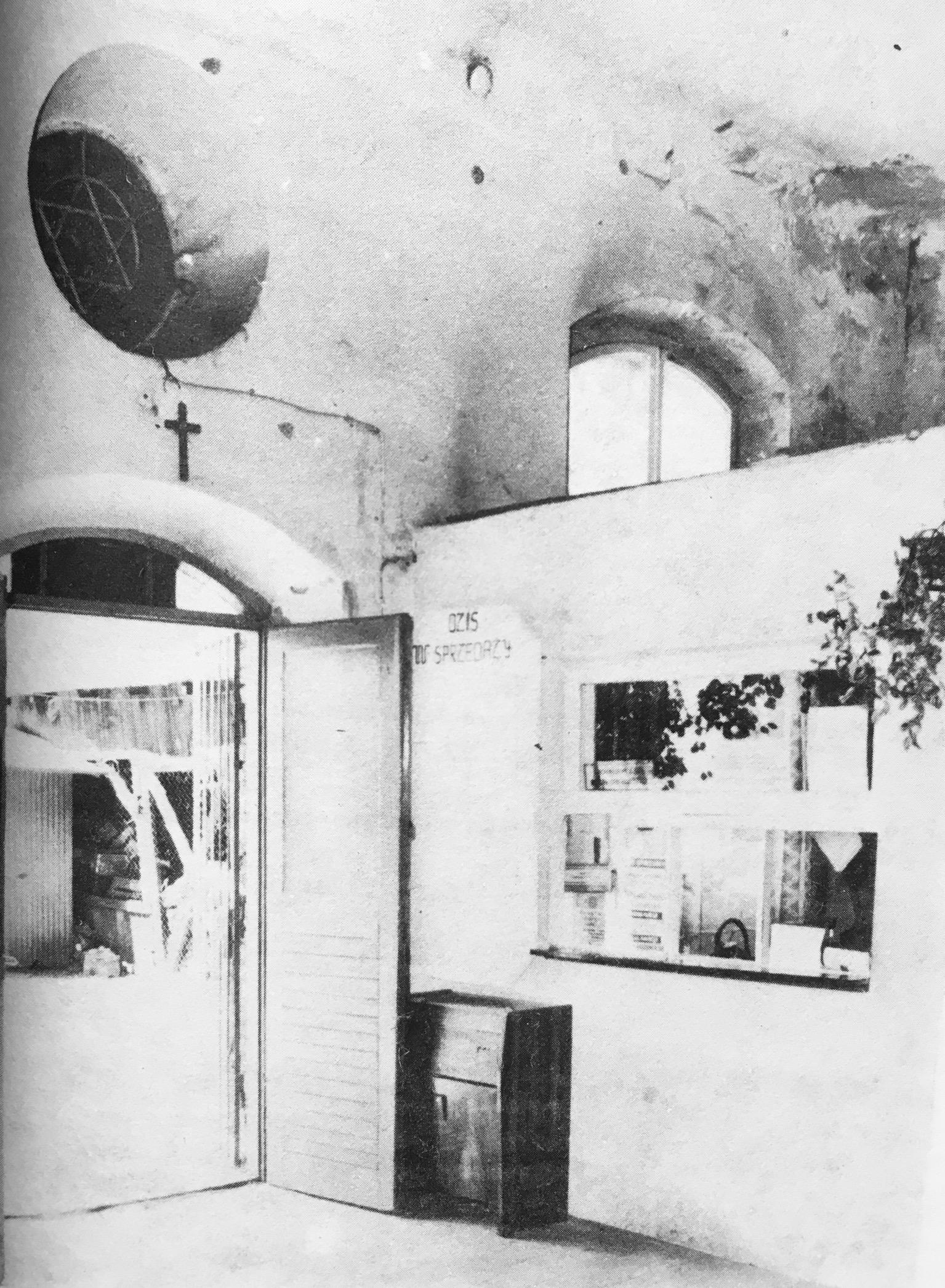 Dawny dom modlitwy w Górze Kalwarii zmieniony na sklep meblowy - stan na 1985 r. (fot. A. Juszczak)