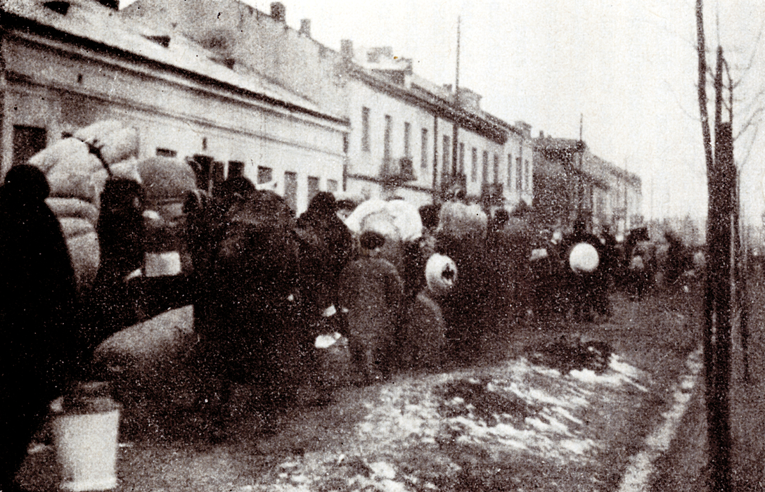 Wysiedlenie Żydów z getta w Górze Kalwarii w lutym 1941 r. (źródło: www.centropa.org)