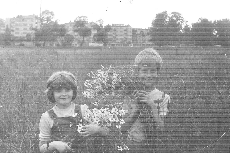 Łąki konstancińskie - widok na osiedle Grapa, lata 80-te XX wieku (zbiory A.Zyszczyka)