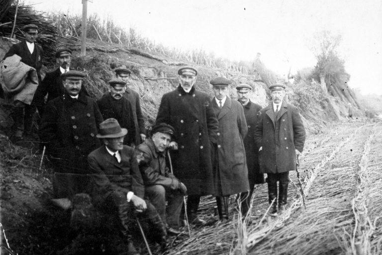Związek Wałowy Niziny Moczydłowskiej na inspekcji wiślanych umocnień, lata 30. XX w. (zbiory M. Wilczyńskiej-Wołoszyn)