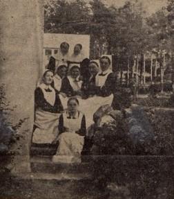 Diakonice pod budynkiem Tabity - 1935 r (zbiory Polony)